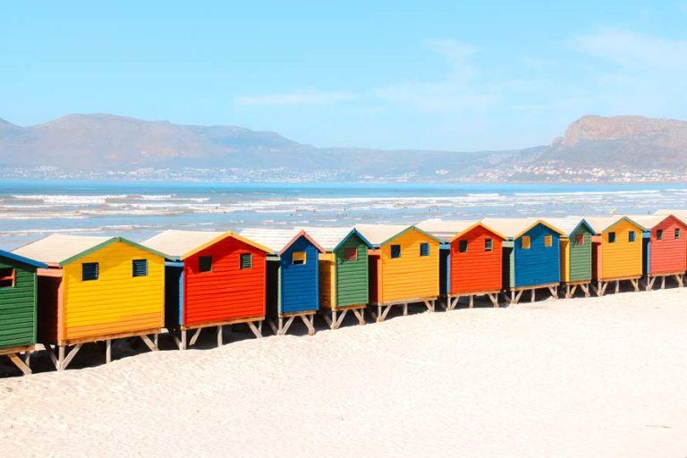 Bunte Strandhäuser am Strand von Muizenberg Beach, Kaphalbinsel in Südafrika