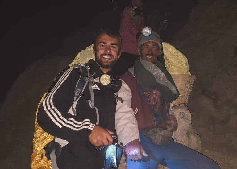 Minenarbeiter in der Mine des Vulkans Kawah Ijen