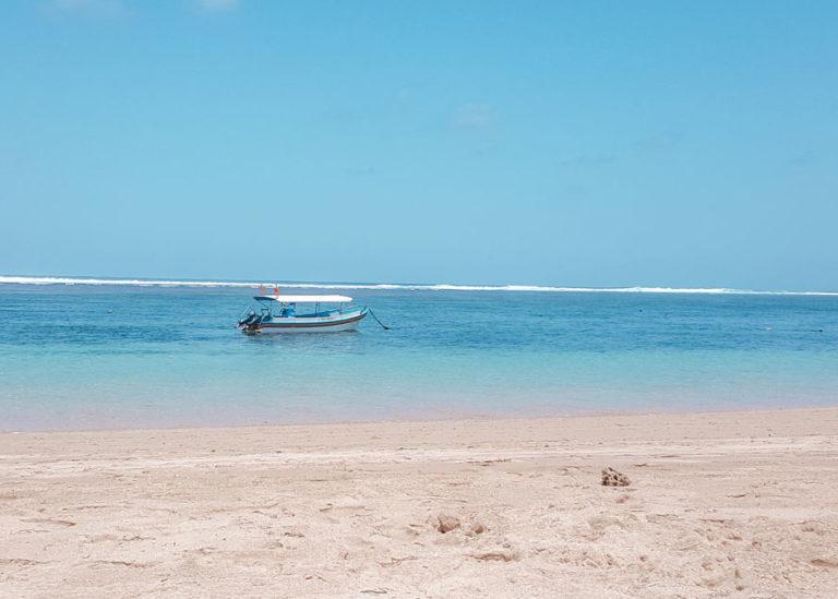 Der schöne weiße Sandstrand von Nusa Dua auf Bali