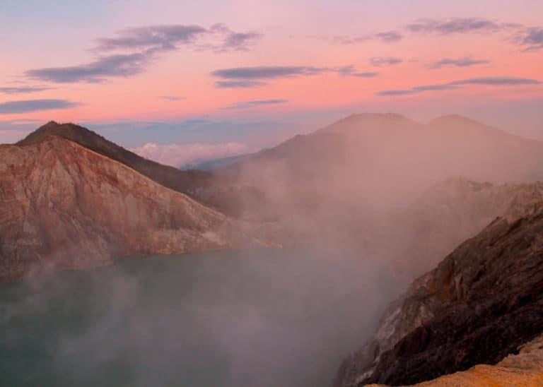 Sonnenaufgang auf dem Kawah Ijen mit Blick in den Krater