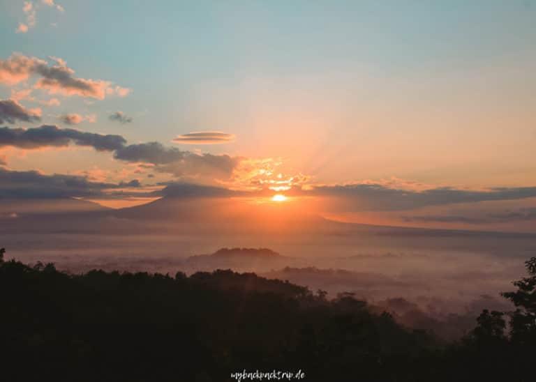 Sonnenaufgang am Aussichtspunkt Punthuk Setumbu in Yogyakarta