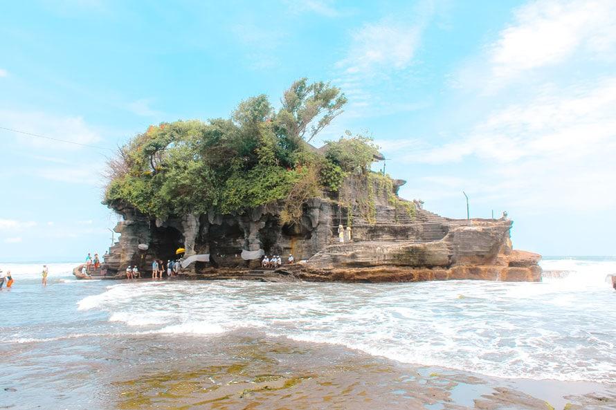 Der im Wasser gelegene Tanah Lot Tempel auf Bali
