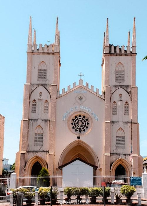 Kirche mit schiefer Fassade in Melaka