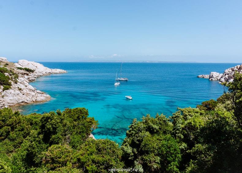 Bucht mit türkisblauem Wasser und weißen Segelbooten