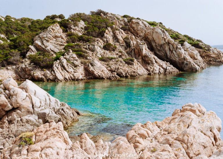 Felsenbucht mit blauem Wasser