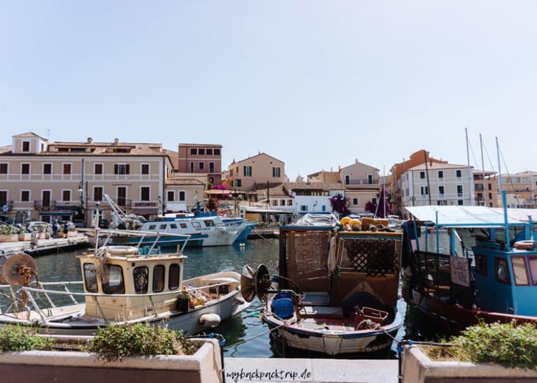 Hafen mit Schiffen von La Maddalena
