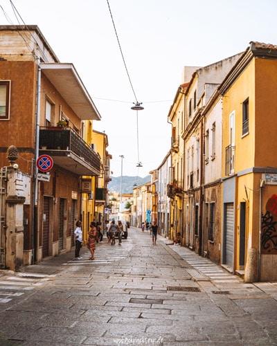 Häusergasse in Olbia, Sardinien
