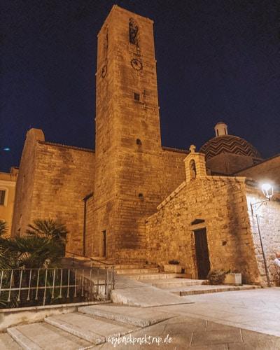 Alte Steinkirche bei Nacht