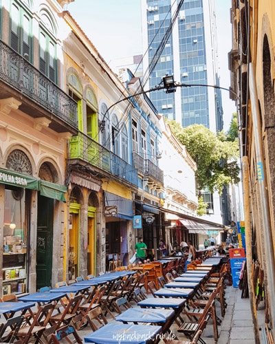 schmale Gasse in Rio de Janeiros Altstadt mit bunten Häusern