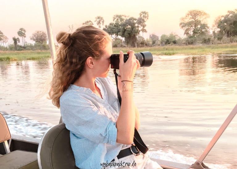 Fotografierende Frau auf einem Boot im Okavango Delta
