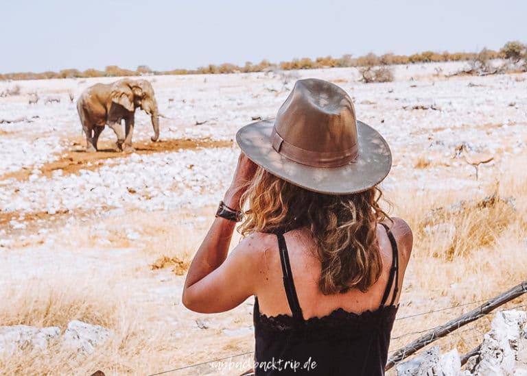 Frau mit Blick auf Elefant während einer Safari in Afrika